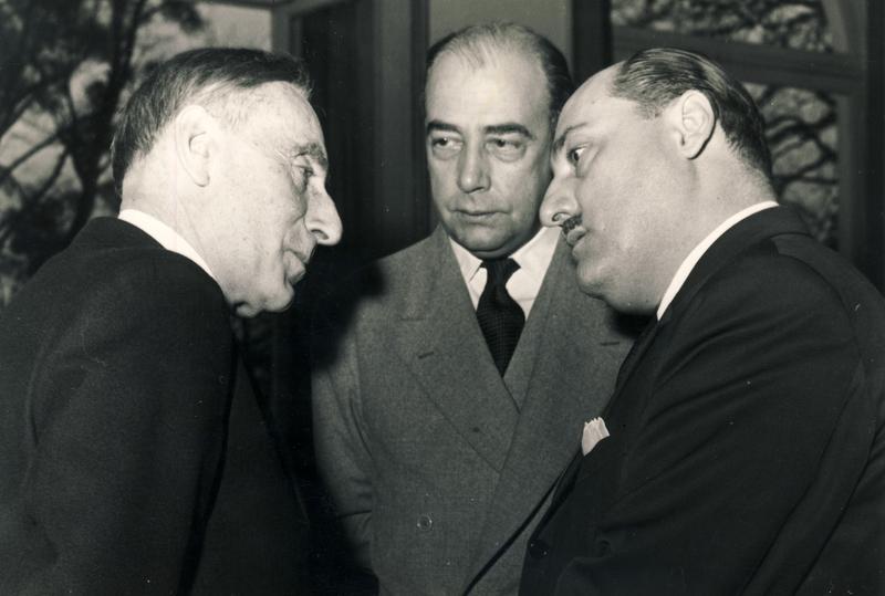 Robert Debré en compagnie de Paulo Carneiro, délégué permanent du Brésil à l'UNESCO et Marcolino Gomes Candeau, directeur général de l'OMS, 1953