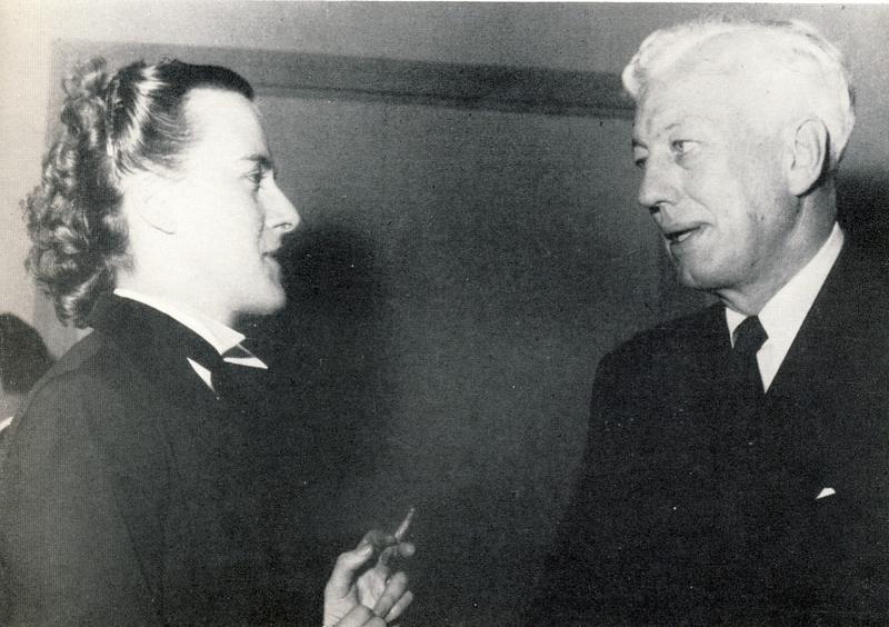 Maurice Pate, directeur général de l'UNICEF, en compagnie d'une auditrice d'un cours du CIE dans les années 1950