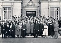Le premier cours de pédiatrie sociale en 1950: les participants réunis autour de Robert Debré