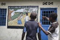 Le centre de transit et d'orientation de Goma au Congo, destiné à accueillir des enfants enrôlés dans des groupes armés. L'inscription en swahili signifie : « Je peux aussi aider mon pays en allant à l'école » (© CICR, Christian Katsuva Kamate)
