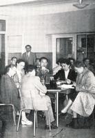 Les auditeurs du cours de pédiatrie social en travail de groupe vers 1950