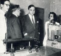 Luther Evans, directeur général de l'UNESCO, visite les laboratoires du CIE dans les années 1950